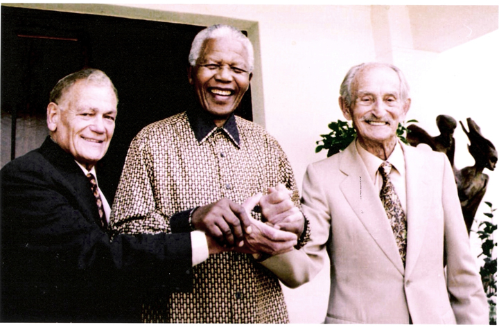 Nelson Mandela hand-in-hand with Nat Bregman and Lazar Sidelsky, early colleagues in his legal career. Courtesy of the South African Jewish Board of Deputies.