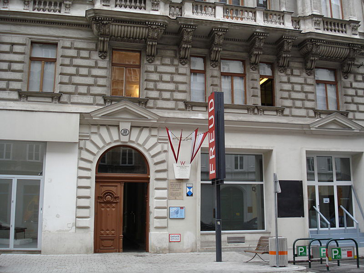 Berggasse 19, Vienna (Freud's pre-1938 residence and present-day Museum). Photo by Wikipedia user lerner.hu.