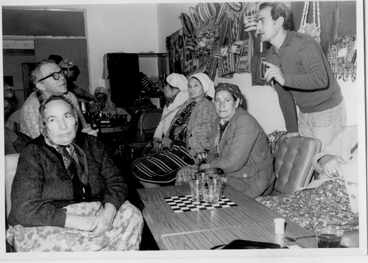 Beth Shean, Dov Noy, and women tellers. Courtesy of the Israel Folktale Archives named in honor of Dov Noy (IFA) at the University of Haifa.