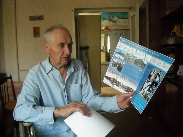 Gennadij Plavinski with a Ben-Yehuda flyer, Glubokoe, 2013.